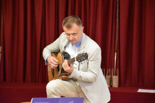 Nauczyciel muzyk gra na gitarze
