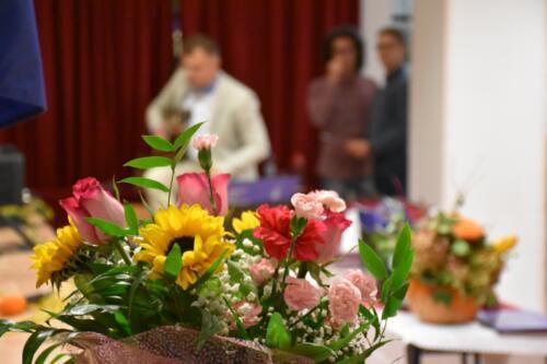 Kwiaty, Nauczyciel muzyk gra na gitarze