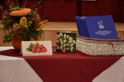 stół, kartki z życzeniami, stroik